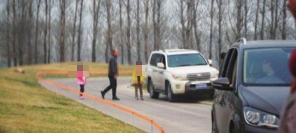 爆料者拍摄的游客下车现场