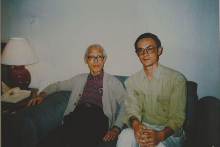 1995年前后,伍立杨(右)看望余光中先生(伍立杨供图)。