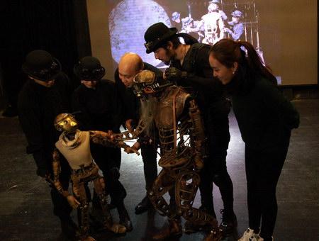 导演与观众分享人偶如何操作