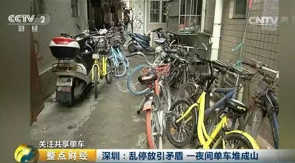 深圳的湾厦社区属于城中村,楼宇之间的距离比较窄,共享单车的出现虽然给当地居民带来了便利,但乱停乱放现象,让本来不宽的街道更加难走。环卫工人许师傅每天清扫时,不得不一辆辆地挪开摆在路上的单车。