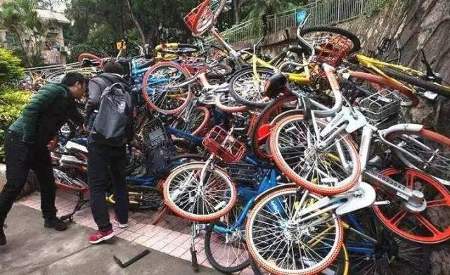 深圳蛇口湾厦新村街道清洁工主管 徐建民:清理也清过,(用户)也跑过来(说),这个车我还要的,保安动(单车)也是反映跟他们吵,说是偷他们车。