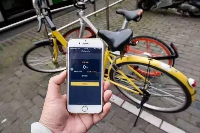 共享单车乱停放的问题全国各地都存在。17日,江苏南京市交通运输局就公布了一份《南京市促进网约自行车健康发展的若干意见(征求意见稿)》,酝酿对共享单车的使用者实行实名制,同时将多次违规违约的使用者列入黑名单。