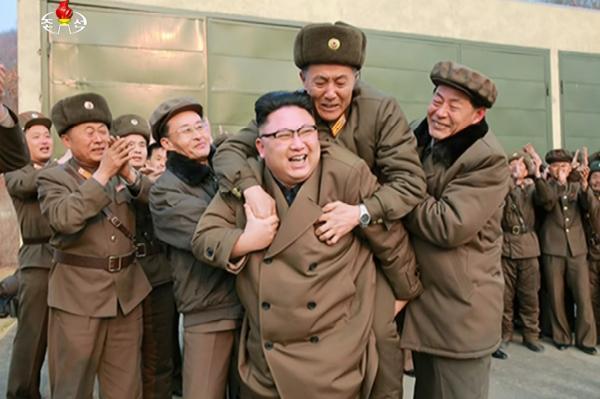在朝鲜中央电视台3月19日公开的照片中,朝鲜劳动党委员长金正恩亲自将某国防科研相关负责人背在身后,以示对其成果的肯定和鼓励。 视觉中国 图
