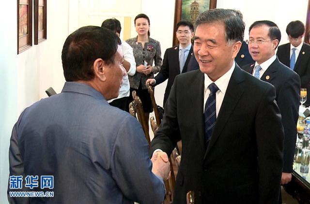 中国国务院副总理汪洋与菲律宾总统杜特尔特握手,来源:新华社