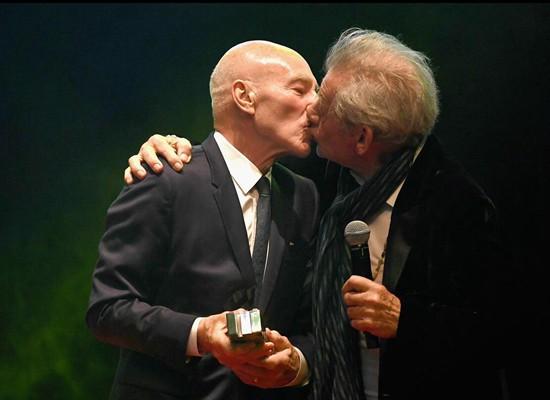 帕特里克-斯图尔特获帝国传奇奖,颁奖嘉宾伊恩-麦克莱恩上台献吻