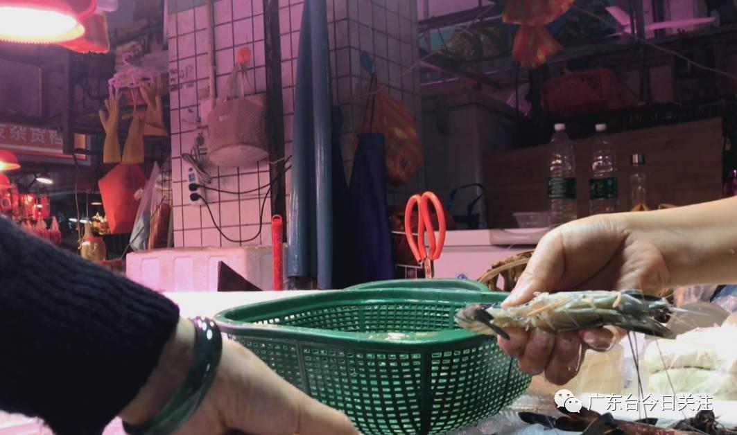 随后记者又来到水产档G13档口,这里同样有所谓的冷冻九节虾卖,虾的颜色、大小、手感等,都与第一档基本一致。在购买完冷冻虾后,记者随机剥开了其中一只,惊讶地发现在虾头和虾身连接处,的确有一片片透明的、类似胶状的物质。