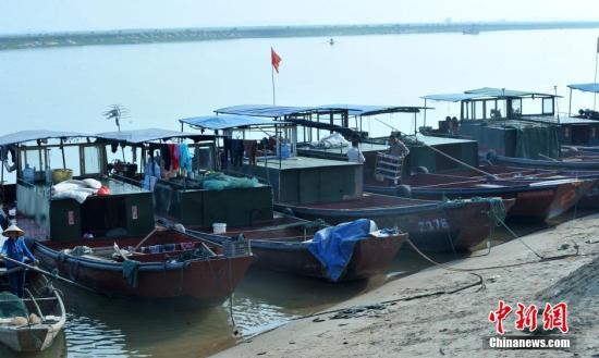 中国最大淡水湖鄱阳湖进入禁渔期万艘渔船进港