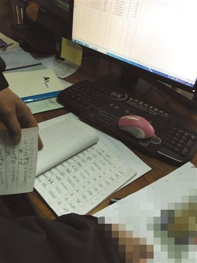 3月10日,广东韶关新丰县殡仪馆内,工作人员拿出登记册查看练溪托养中心的死亡记录。新京报记者 刘子珩 摄