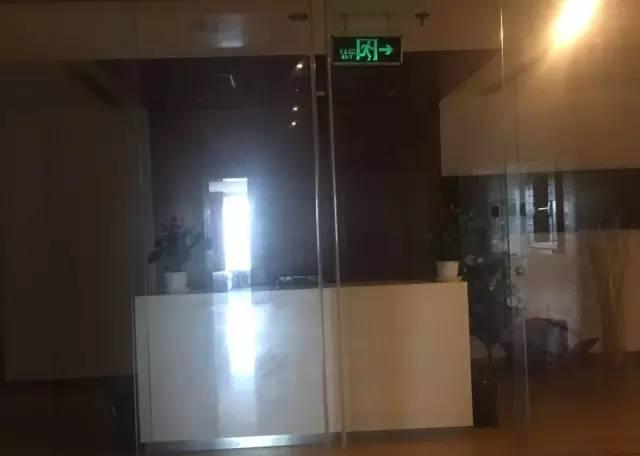 """透过玻璃门,记者看到两家公司内部略显空旷的办公区域。一位工作人员拒绝了记者的采访请求,并称两家公司""""属于一家"""",作为老板的赵薇""""很少到公司""""。"""