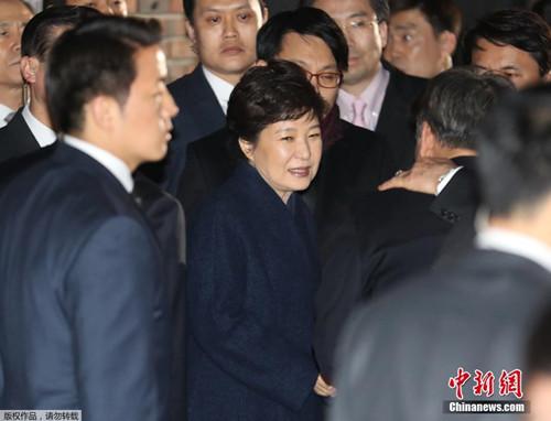 朴槿惠被弹劾下台后,离开青瓦台返回私宅。