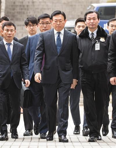 3月20日,乐天集团会长辛东彬(中)到达韩国首尔中央地方法院,准备出席庭审。新华社发