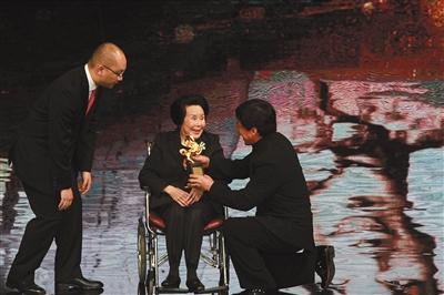 2015年成龙跪地为李丽华颁奖。