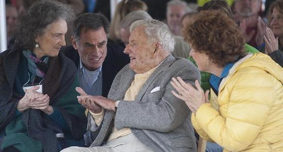 环球网3月20日消息,美国亿万富豪戴维・洛克菲勒去世,享年101岁。洛克菲勒家族是美国最显赫的家族之一。戴维・洛克菲勒的爷爷约翰・洛克菲勒19世纪下半叶创办美孚石油公司,通过石油生意积累了巨额财富。