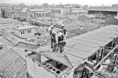 本报讯 昨天,西城区大栅栏街道对位于陕西巷内的上林宾馆、华峰园宾馆和北京安馨园宾馆3处宾馆顶层违建进行拆除,总面积达上千平方米。其中,位于陕西巷22号的上林宾馆,是历史上的名妓小凤仙的故居,楼顶被承租方盖起的200平方米违建也都一并拆除。