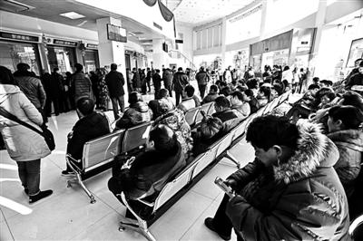 一家银行内客户等候办理业务 供图/东方IC