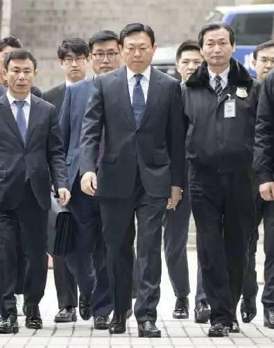 3月20日,乐天集团会长辛东彬(中)到达韩国首尔中央地方法院,准备出席庭审。当日下午,首尔中央地方法院开庭审理乐天集团会长辛东彬及其家人所涉的一系列案件。