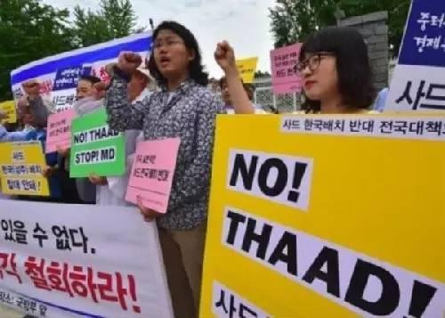 3月18日,美国国务卿蒂勒森抵达北京之际,逾2000名韩国星州郡的民众举行示威,抗议美军部署萨德导弹防卫系统。现场有逾2000名防暴警察维持秩序。