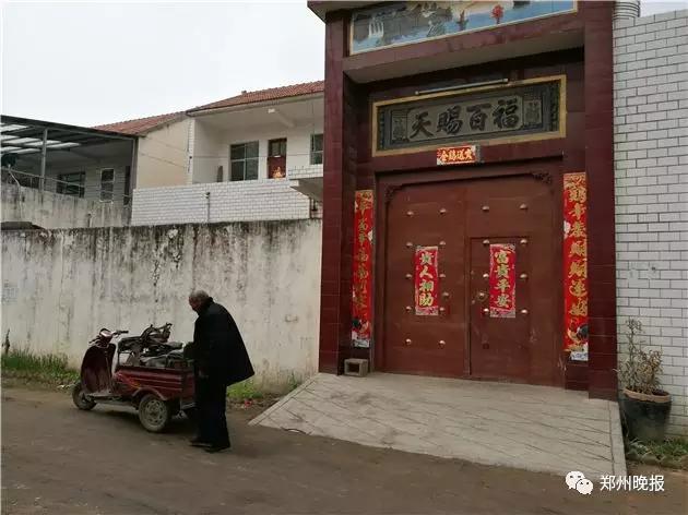马家门前一名锁匠拍门许久却无人回应,他称19日上午马某母亲要其前来修锁,并不知道楼房主人出了事。