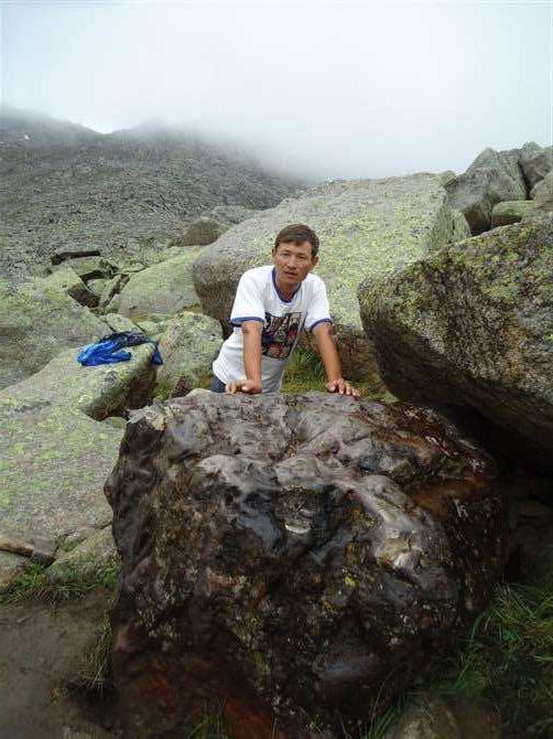 朱曼的大儿子肯杰别克・热阿玛扎恩与陨石的合照。