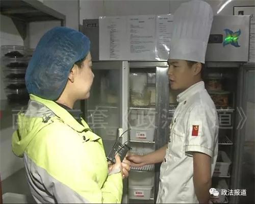 厨师长就把记者带到了厨房最里面的一个小房间,这里有一台保鲜柜,一脸正气地表示,绝对不会把变质食物端到顾客的餐桌上,可您再来回头看看他们之前的作为。