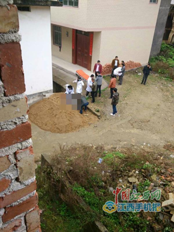 十八塘乡人大主席卓宇遭村民用镰铲袭击头部后倒在沙堆上。中国江西网 图