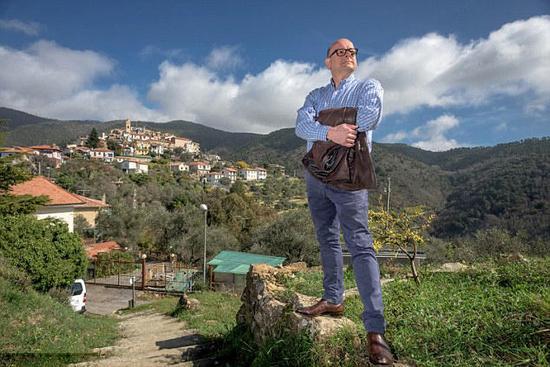 """据英国《每日邮报》3月19日报道,近日,英国55岁的电台主持人马克德赞(MarkDezzan)报名参加赛波加大公国选举,若竞选成功,他将成为赛波加大公国王子,获得""""赛波加大公国大公""""这一荣誉称号。据悉,塞波加大公国本是意大利西北部利古利亚区的一个小村庄,于20世纪60年代宣布独立。"""