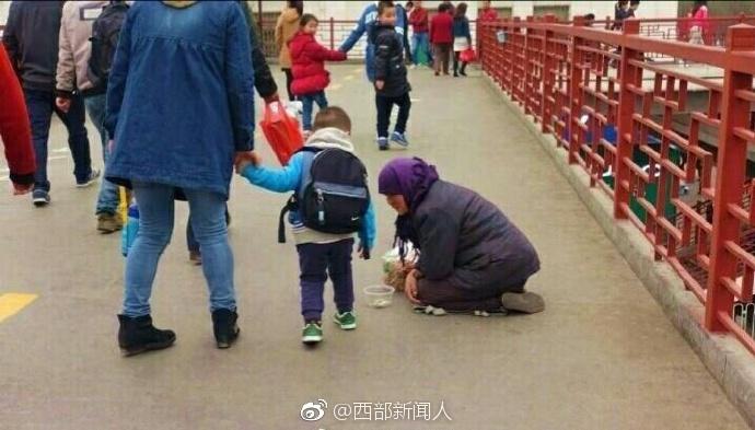 3月19日,西安小寨十字天桥上一名约60岁的妇女跪地乞讨,一名过路女子给了她一袋麻花,谁知过了一会,竟被她扔进了垃圾桶。