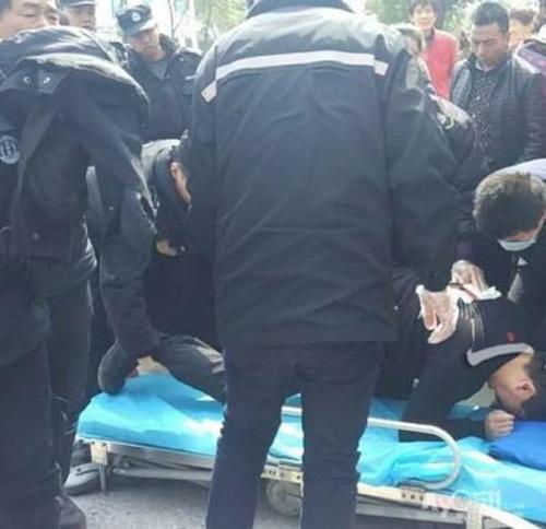 """针对网友爆料""""镇江宝塔路发生血案 一特勤被捅两刀""""的消息,3月21日下午,上游新闻-重庆晨报(全国爆料线:M17702387875@163.com)记者从江苏镇江润州公安分局获悉,3名受伤的巡特警队员已在医院接受治疗,警方已明确嫌疑人身份。"""
