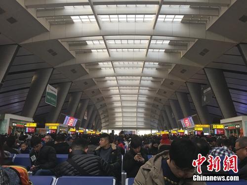 资料图:北京南站候车厅,多少人的北漂生活从这里开始,又从这里离开。汤琪 摄