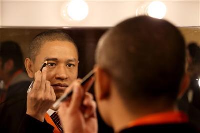 肖基国在化妆间修饰眉毛