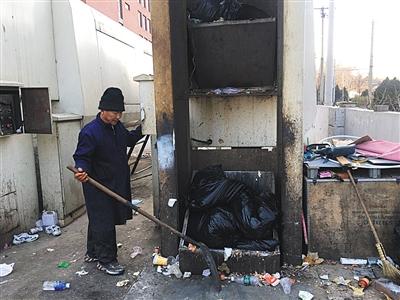 近日,朝阳区一学校,环卫人员正在将厨余及可回收生活垃圾倒入压缩车内。每天傍晚五六点,这些垃圾将被统一运至垃圾处理厂。新京报记者 信娜 摄
