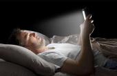 关灯玩手机?小心眼睛老化