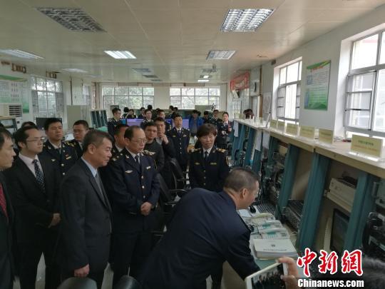 广州海岸电台首次增播南海三大岛礁海洋环境预报 郭军 摄
