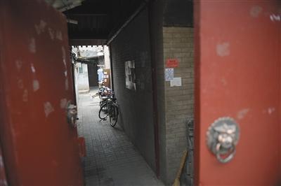"""2016年6月22日,位于大耳胡同29号的一处""""过道学区房"""",叫价150万。图/视觉中国"""
