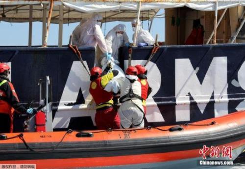 """据报道,""""主动张开双臂""""(Pro-Activa Open Arms)的发言人蓝纽萨(Laura Lanuza)说,救援船只在小艇附近发现五具浮尸,距离利比亚海岸不远处。这五人均为年轻男性,初步判断是溺水身亡。"""