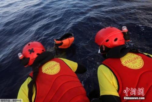 """她说:""""这两艘小艇应该都载满了人,我们不认为可能有其他状况。""""她又说,每艘小艇通常会挤上120至140人。"""