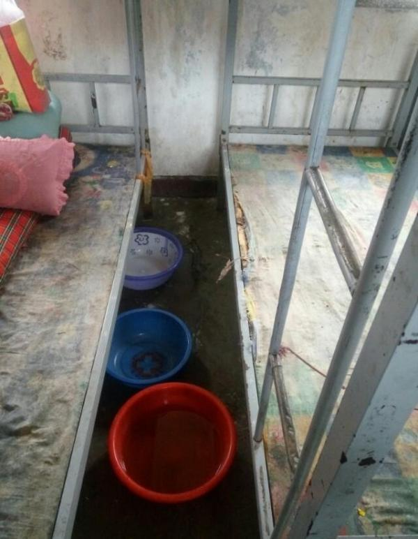 山西长治壶关县南洋育栋学校小学部学生宿舍漏雨,女体写真学生用脸盆接水。
