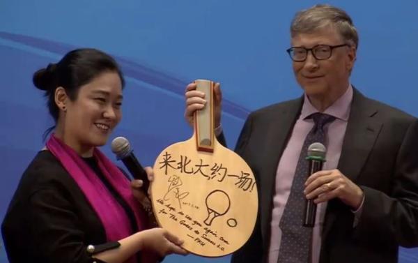 比尔·盖茨在北大获赠乒乓球拍。