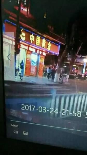 """3月24日晚,网上流传的多则视频显示:一间名为""""中国黄金""""的金店门前站满了警察,拍摄视频的男子旁白说,该金店被抢劫了。"""