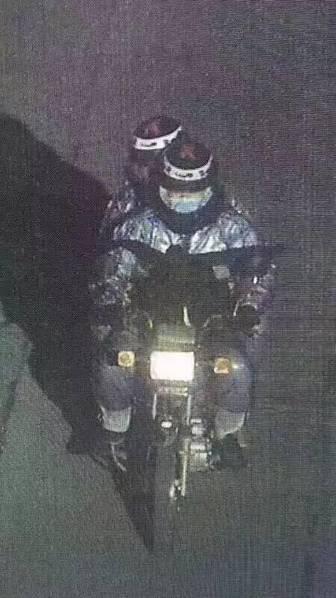 监控拍到,两名男子实施抢劫后,驾驶摩托车逃离。