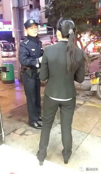 一则视频显示,一名身穿金店店员服装的女子惊慌地向警方介绍情况,该女子称,抢劫者有两人,他们进来抢劫时戴着头盔、口罩、手套等,身着灰黑色衣服,而且身上还带有黑色挎包。
