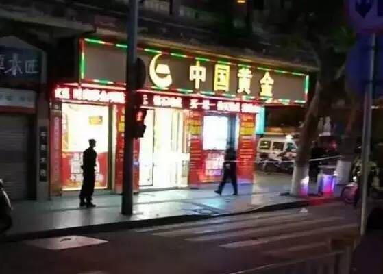 案发后,当地警方赶到劫案现场拉起警戒线,侦查人员在现场调查取证。