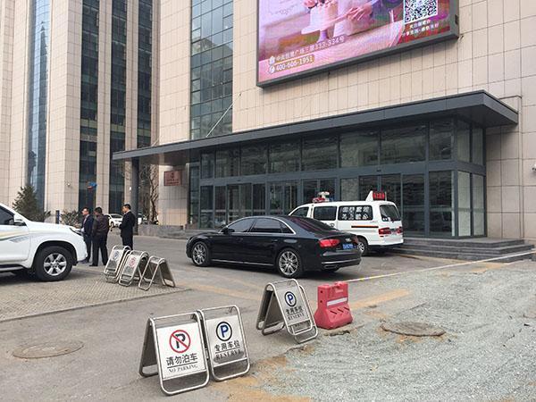 辉山乳业董事长现身沈阳总部办公楼 警车停在门口