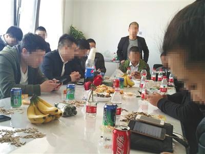 """3月13日,朝阳某商厦一家民间借贷公司内,业务员相互交换""""骗贷""""客户信息。"""