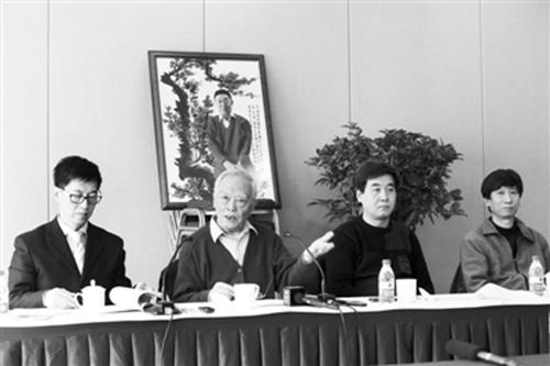2013年3月,季羡林之子季承(左二)在媒体通气会上。浦峰 摄 新京报