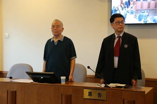 本案一审时,季承(左)在法庭上。北京一中院供图