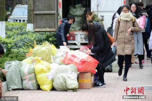 资料图:2月21日,位于山东青岛一高校校园内各大快递点业务量陡增。skd 摄 视觉中国
