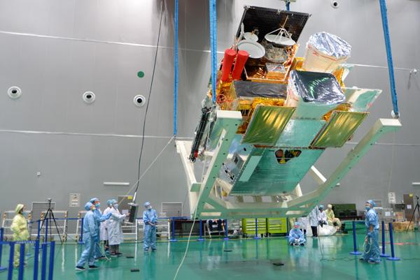 风云四号气象卫星起吊现场。本文图片均由中国航天科技集团公司上海航天技术研究院提供
