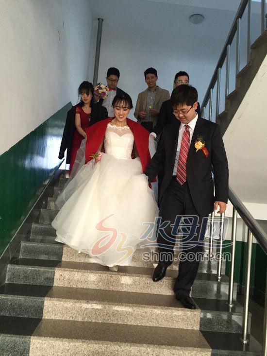 美女新娘穿秀禾参加考研复试 才出考场就上婚车