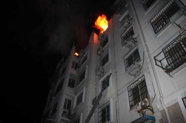 起火后母女手扒6楼窗台身体悬空消防徒手接人